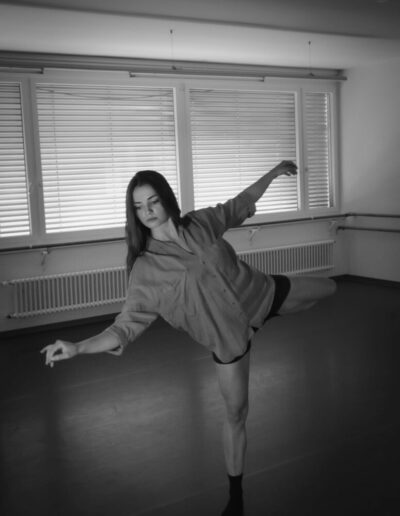 A Monochrome picture of a young female dancer. Sett in a dance studio.